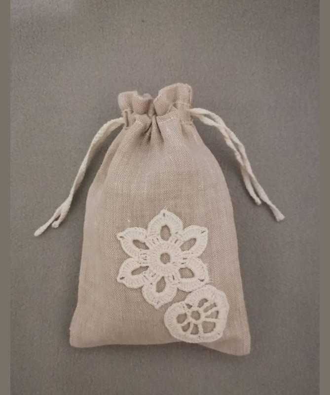 Lininis maišelis puoštas nertais motyvais (10x15)